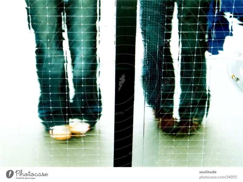 Double Fu-Play Spiegel nebeneinander Quadrat Momentaufnahme Schuhe Spielen Frau Beine Fuß Reflexion & Spiegelung