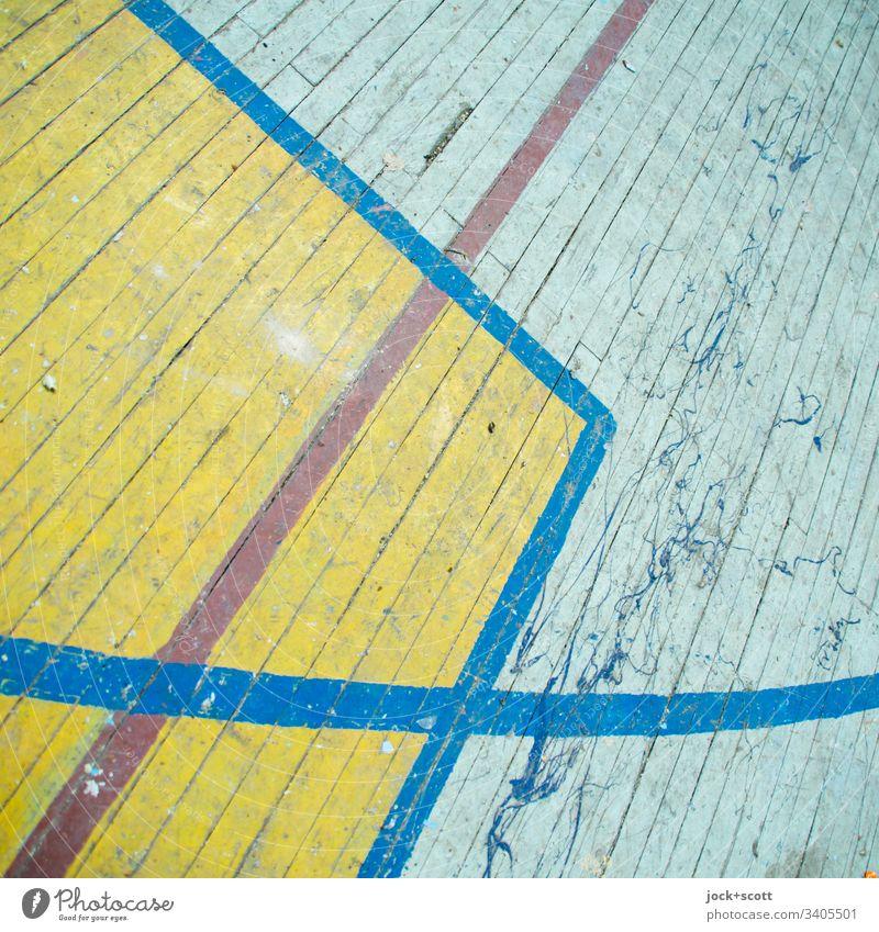 zwischen Linien, Kurve und Ecke Lager Brandenburg Sportstätten Sporthalle Holzfußboden Strukturen & Formen Begrenzung dreckig alt Zahn der Zeit Spielfeld
