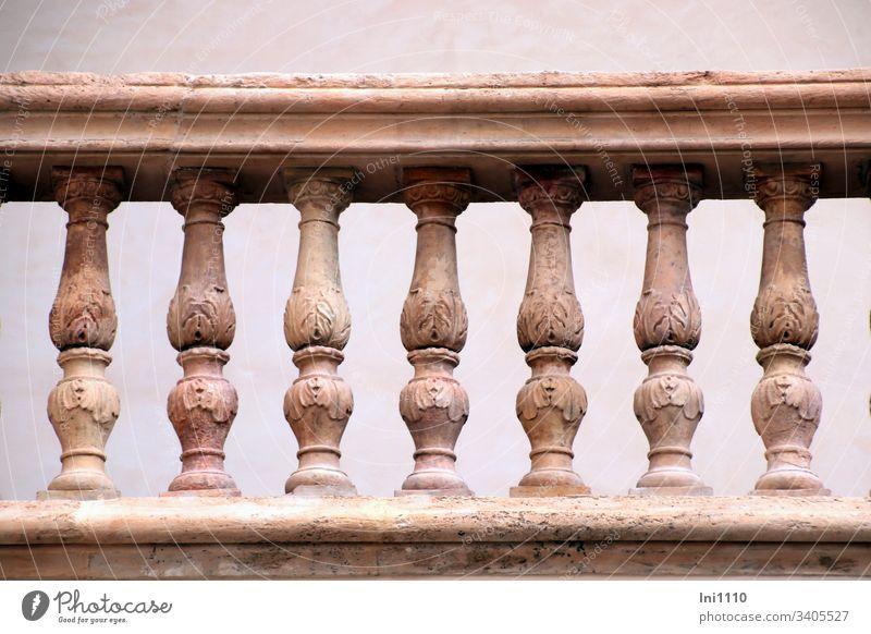 mediterranes Geländer Säulen geschmückt mit Blattornamenten Balkon Dachterrasse massiv Terrakotta Motive Ornamente Blätter Verzierung landestypisch menschenleer