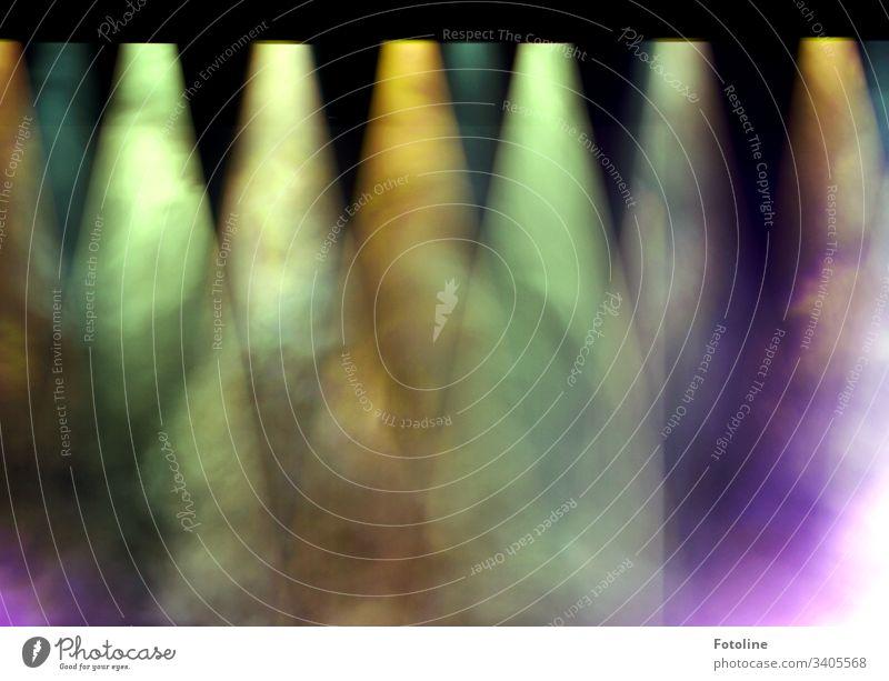 Rampenlicht - oder verschieden farbige Scheinwerfer mit Nebelschwaden über einer Bühne Licht dunkel hell Bühnenbeleuchtung schwarz grün gelb blau lila bunt