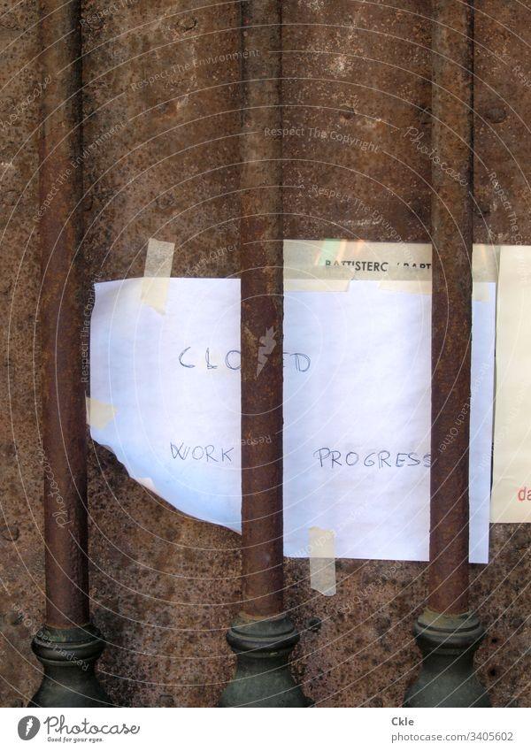"""Portal eines italienischen Baudenkmals mit einer handschriftlichen Notiz: """"Closed..."""" Tür Handschrift Information Eingang Architektur historisch Tor Kirche"""