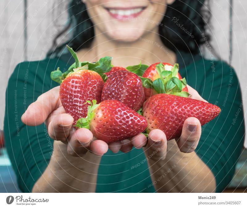Menschliche Hände, die Erdbeeren anbieten erdbeeren Beeren Frühling geschmackvoll Ergänzungsmittel Lebensmittel Hand Beteiligung Diät Dessert Finger Angebot