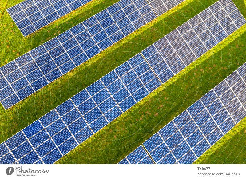ein moderner Solarzellenpark von oben solar Sonne Sonnenstrahlen blau weiß heiß gelb Gras Wiese grün Wolken Betrachtungen Lithium moderne Solarzelle