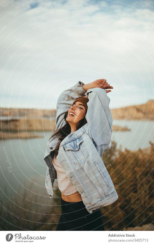 Fröhliche junge Frau auf dem Lande im Herbst Landschaft Tourist genießen Wochenende Reise See Natur Urlaub reisen Freiheit romantisch sorgenfrei Ausflugsziel