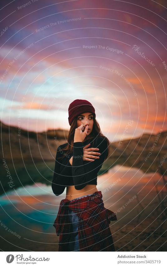 Verträumtes junges weibliches Modell am Ufer im Sonnenuntergang Frau Küste farbenfroh Landschaft Natur Abend feminin romantisch sinnlich See Wanderer sensibel