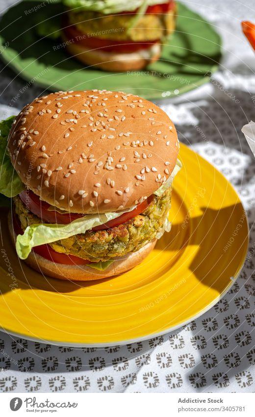 Hausgemachter veganer grüner Linsen-Burger Burger gesundes Essen vertikal Fastfood Vegane Ernährung natürlich selbstgemacht Lebensmittel Tomate Salat