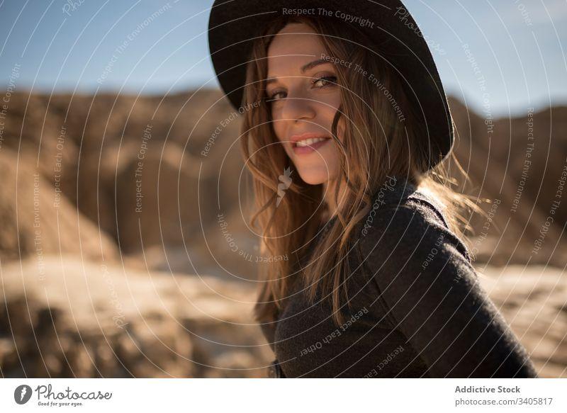 Trendige Frau in trockener Wüste Stil wüst Stein Gelände Landschaft trocknen ausrichten Behaarung bardenas reales navarre Spanien Augen geschlossen Abenteuer