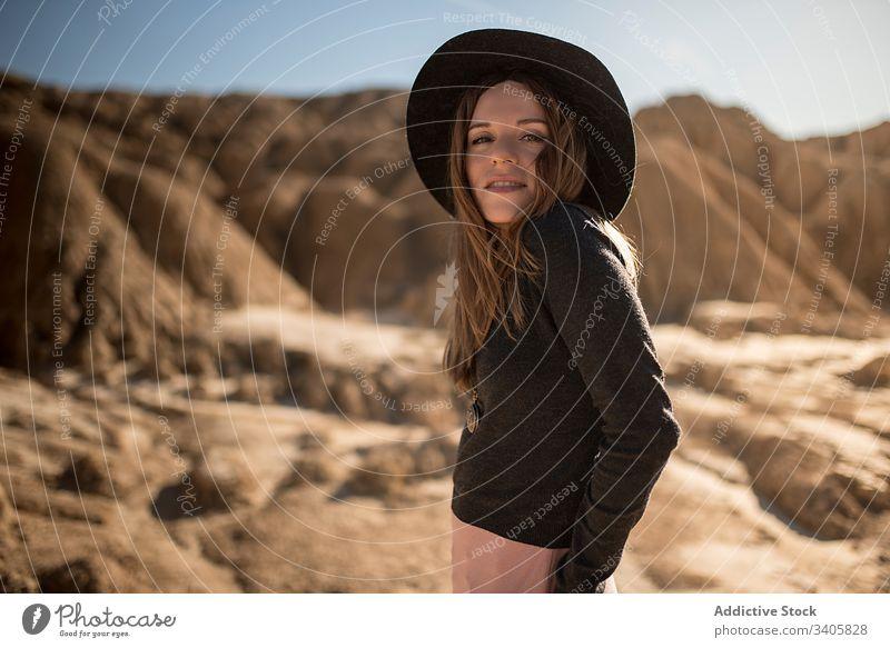 Trendige Frau in trockener Wüste Stil wüst Stein Gelände Hand-in-Tasche Landschaft trocknen ausrichten Behaarung bardenas reales navarre Spanien