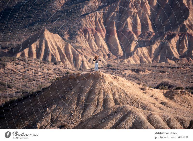 Nicht erkennbare Frau auf trockenem Sandhügel Hügel trocknen Natur bewundern Abenteuer Stein Landschaft reisen bardenas reales navarre Spanien wüst Reise