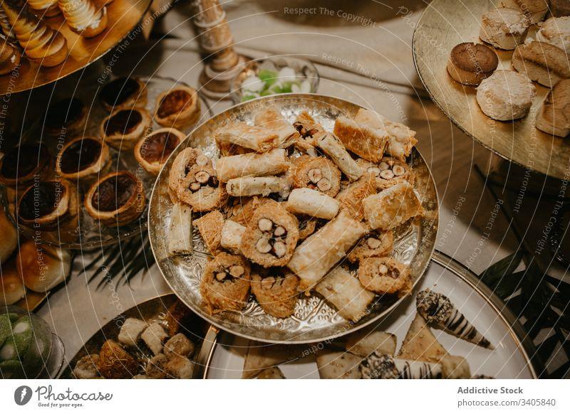 Zierteller mit frischem Gebäck Festessen Tisch Teller feiern Rezeption Hochzeit Lebensmittel geschmackvoll süß Dessert Snack Küche Tradition lecker