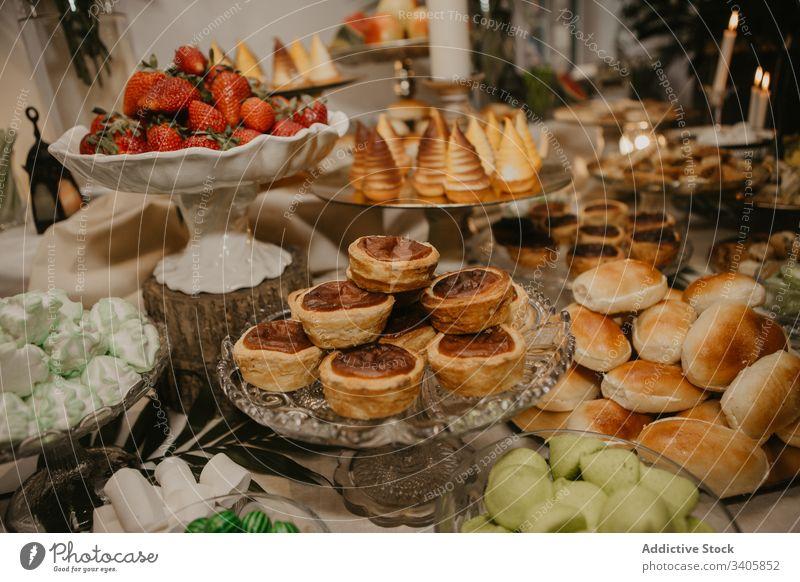Köstliche Desserts am Banketttisch Tisch Festessen Hochzeit feiern Teller Restaurant süß Erdbeeren viele lecker geschmackvoll frisch Lebensmittel Gebäck Beeren