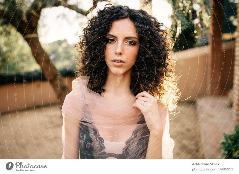 Schöne Frau im Garten Stil sinnlich Imkerschleier elegant Model Kleidungsstück Angebot krause Haare durchscheinend durchsichtig Sommer romantisch Veranstaltung