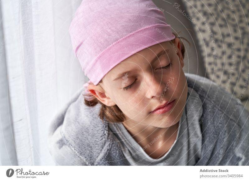 Bezaubernder kranker kleiner Junge mit Kopftuch im Zimmer Raum Krebs kämpfen Kind geduldig mutig Krankheit männlich gegen Erkenntnis Wiederherstellung Stärke