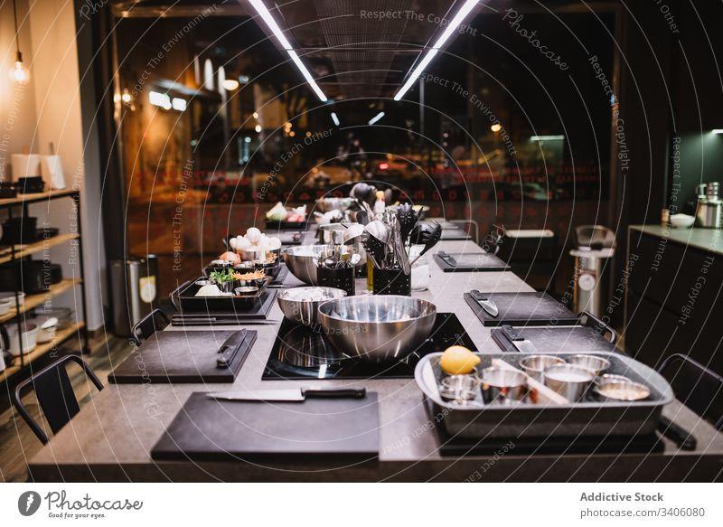 Küchentisch in der Kochschule Tisch Lektion Restaurant Klasse Küchengeräte Bestandteil modern Dienst Mahlzeit Café Feinschmecker Lebensmittel Abendessen