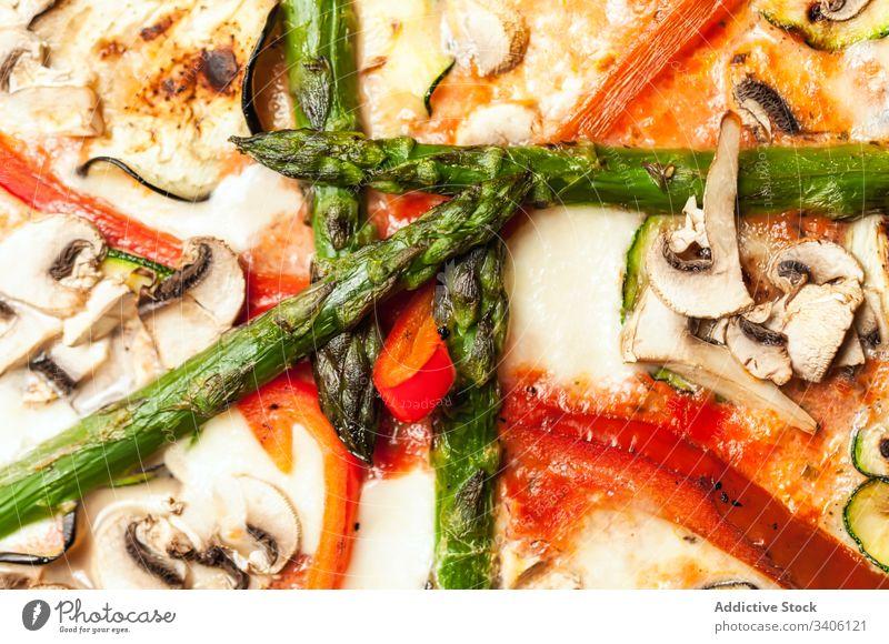 Köstliche vegetarische Pizza auf Teller Vegetarier Café Tisch Tischwäsche Küche Lebensmittel geschmackvoll Mahlzeit Mittagessen lecker Feinschmecker Pizzeria