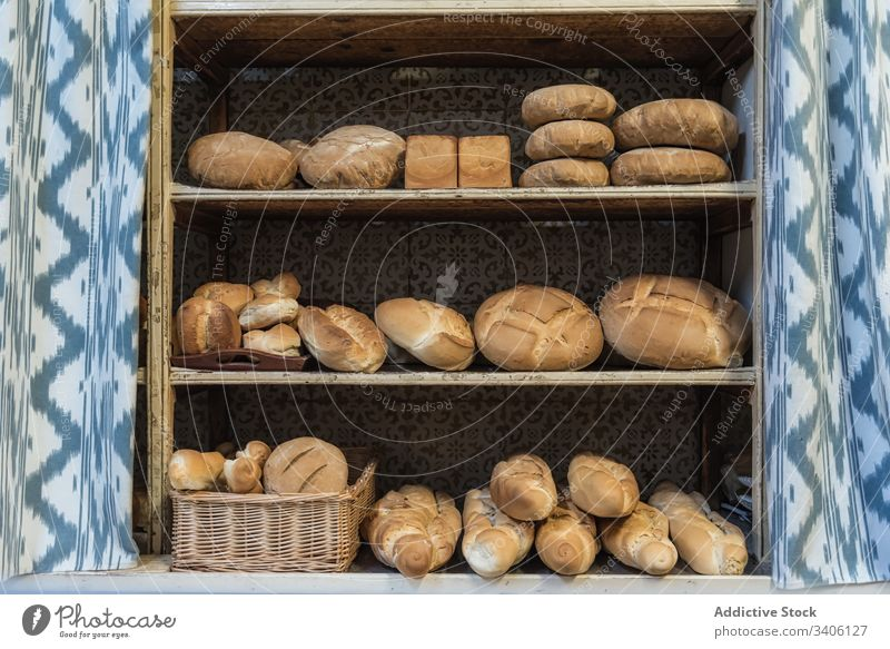 Frisches Brot in den Regalen der Bäckerei verkaufen sortiert frisch Lebensmittel rustikal Brotlaib Gebäck gebacken organisch Ordnung natürlich geschmackvoll