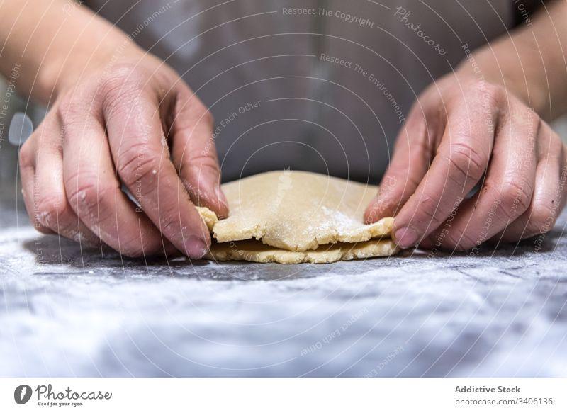 Getreidebäcker, der Marmelade zu Teig rollt Bäcker Teigwaren Koch Gebäck rollen Tisch Mehl Bäckerei Arbeit Küchenchef Lebensmittel vorbereiten frisch