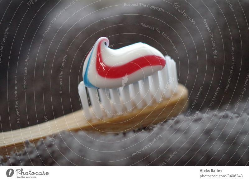 Zahnbürste mit Zahnpasta Zahnpflege Körperpflege Nahaufnahme Zahncreme Gesundheit Reinigen Zahnarzt Zähne dental frisch Gesundheitswesen Sauberkeit Morgen