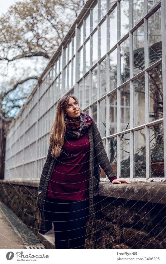 Junge Frau überlegt sich ein städtisches Gewächshaus Perspektive Bodenbearbeitung wachsen Land Landschaft Kultur grün Innenbereich Mädchen Lebensmittel Wärme