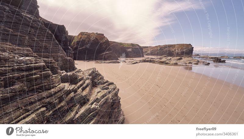 Landschaft eines Strandes mit Felsklippen in Galicien Tourismus wandern Galicia Spanien Ribadeo Castros Illas Felsen atlantisch Bucht touristisch Kathedralen