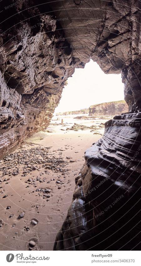 Landschaft eines Strandes mit Felsklippen in Galicien aus dem Inneren einer Höhle Tourismus wandern Galicia Spanien Ribadeo Castros Illas Felsen atlantisch