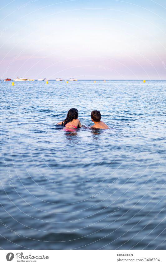 Zwei kleine Kinder schwimmen auf dem Meer aktiv Aktivität Strand schön blau sorgenfrei Kindheit Konzept Textfreiraum niedlich Genuss Familie Freiheit Spaß