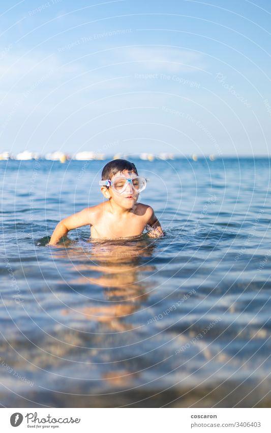 Lustiges Kind mit Taucherbrille am Strand aktiv Aktivität blau Junge heiter Kindheit niedlich Tauchen expressiv Spaß Schutzbrille Fröhlichkeit Glück Feiertag