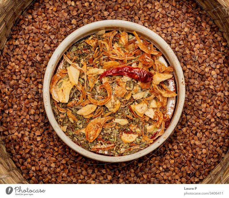 Nahaufnahme von Gewürzmischungen in einer runden Schale - von oben gesehen Gewürze Essen zubereiten Lebensmittel Vegane Ernährung Kräuter & Gewürze Knoblauch