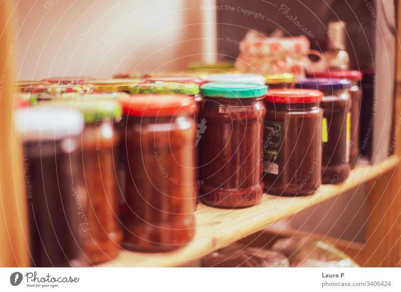 Regal mit Marmeladengläsern Küche Marmeladenglas konservieren geschraubtes Glas Einmachglas altehrwürdig Oma Großmutter Frucht selbstgemacht Lebensmittel