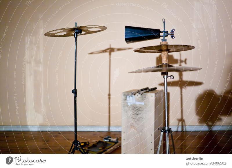 Perkussion bzw. Percussion Schlagzeug außen cajon folk folklore hausmusik holz instrumentenbau musikinstrument pandeiro percussion perkussion rhythmus shaker