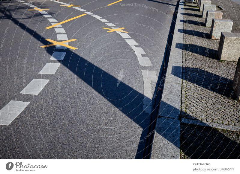 Kurve abbiegen asphalt autobahn außen berlin charlottenburg ecke fahrbahnmarkierung frühjahr frühling hauptstadt hinweis kante kurve linie links mitte navi