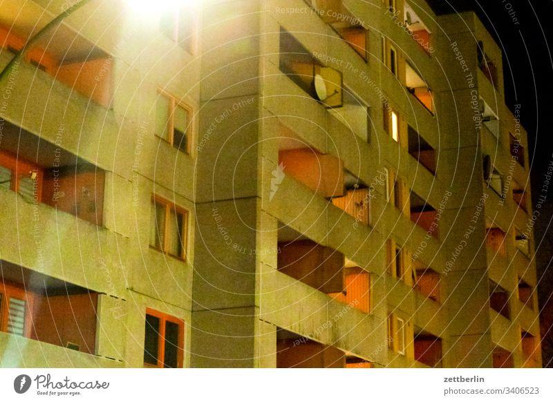 Neubaublock am Abend abend dunkel dunkelheit nacht wohnen wohnung mehrfamilienhaus wohnhaus mieter mietendeckel vermieter sozialwohnung balkon fassade front