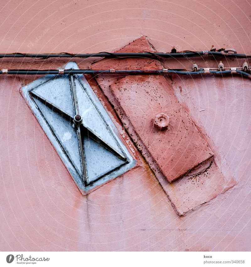 Schräglage Mauer Wand Fassade Kabel Blech Stein Beton Metall Linie Rechteck alt eckig einfach grau rosa rot schwarz silber loyal Farbe Zusammenhalt Farbfoto