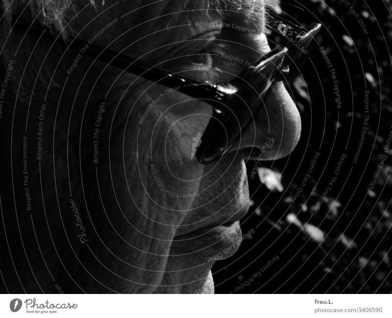 Über die Brille hinweggesehen, hatte er bereits ein langes Leben gelebt, resümierte der alte Mann. Mensch Gesicht Porträt maskulin Schwarzweißfoto Kopf