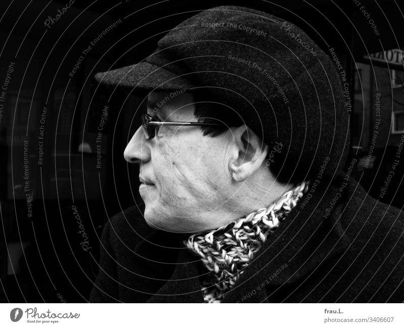 Mit Schiebermütze, Rollkragenpullover und Brille war er bestens gerüstet, den Problemen des Tages entgegenzusehen. Mann Ein Mann allein Flatcap Porträt