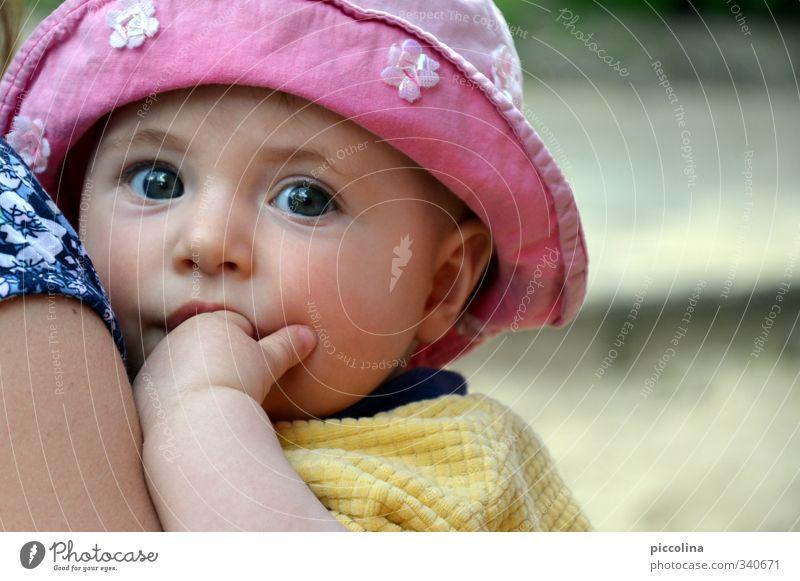 Bei Mama Mensch Kind blau Hand Mädchen Gesicht Erwachsene Auge Liebe feminin Glück Familie & Verwandtschaft Kopf rosa Kindheit Arme
