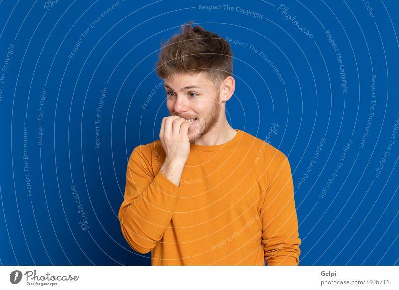 Attraktiver junger Mann mit gelbem T-Shirt Typ blau Glück nachdenklich nervös aufgeregt besinnlich Denken sich[Dat] einbilden Vorstellungskraft Idee Lösung