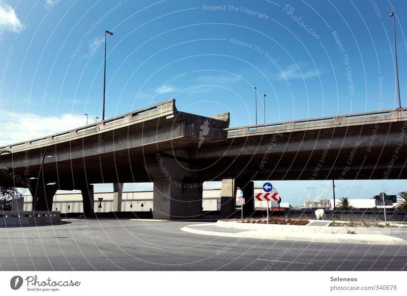 Stadtplanung Städtereise Sommer Himmel Wolken Kleinstadt Verkehr Verkehrswege Straßenverkehr Hochstraße Brücke Verkehrszeichen Verkehrsschild Geschwindigkeit