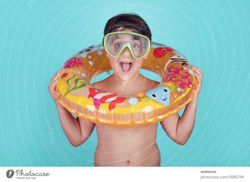 Lächelndes Kind mit Schwimmring Schwimmer Sommer Pool heiter Freude Glück Fröhlichkeit Feiertage Lifestyle Ausdruck sich[Akk] entspannen Badeanzug schwimmen