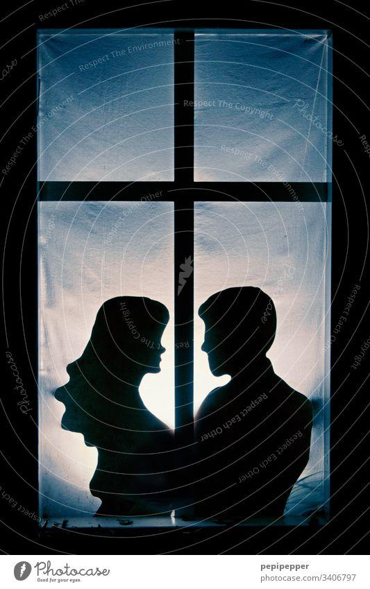 Scherenschnitt, junges Paar am Fenster Liebespaar Glück Verliebtheit Partnerschaft Zuneigung zusammengehörig harmonisch Vertrauen Mann Frau Schatten Mensch