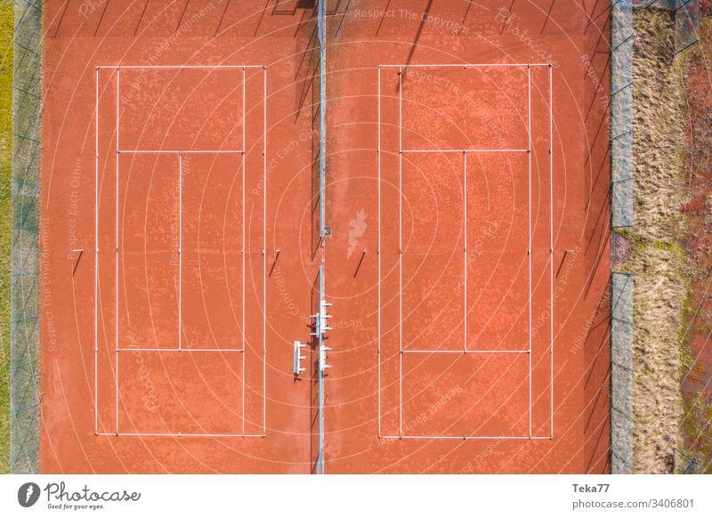 Tennisplatz von oben Sport Tennisplätze Asche orange weiß Linien Sonne Schatten Sommer Winter stechend Tennisnetz Tennisnetze Ball Bälle Tennisball Bäume