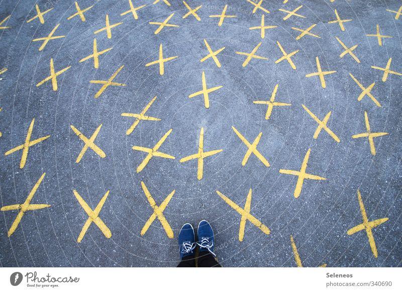Kreuze machen Mensch Straße Wege & Pfade Stein Fuß Schuhe stehen Schriftzeichen planen Zeichen viele Wissen wählen Wahlen