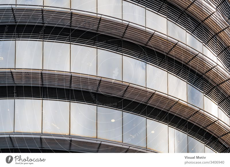 Lichtreflexionen auf dem gebogenen Glas der Fenster eines Bürogebäudes abstrakt abstrakter Hintergrund abstrakte Fotografie Nachmittag architektonisch