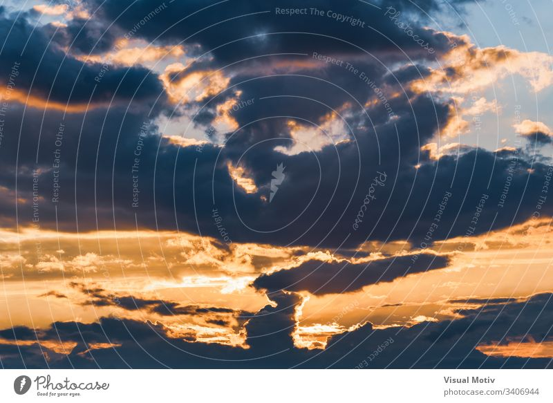 Dramatische Landschaft der letzten Lichter zwischen den Wolken der Dämmerung Air Hintergrund schön Schönheit blau hell übersichtlich Klima Cloud