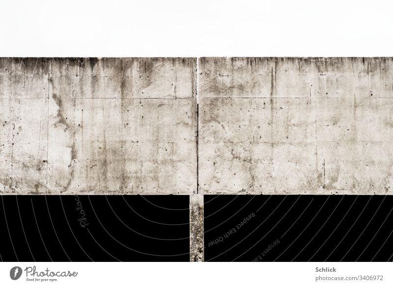Bauwerk massiver Beton auf dünner Stütze feiner Spalt zum Himmel Flächen grau schwarz weiß Gleichgewicht Ausgleich schwer Flecken Schmutz Rechtecke abstrakt