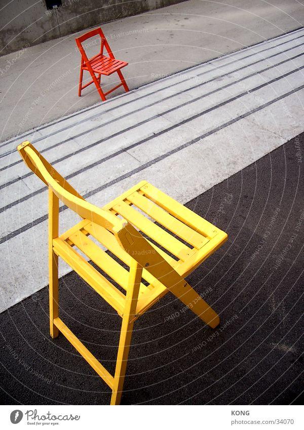 sitzen gelassen ? Stuhl gelb Einsamkeit Asphalt mehrfarbig grell Dinge orange Farbe Treppe