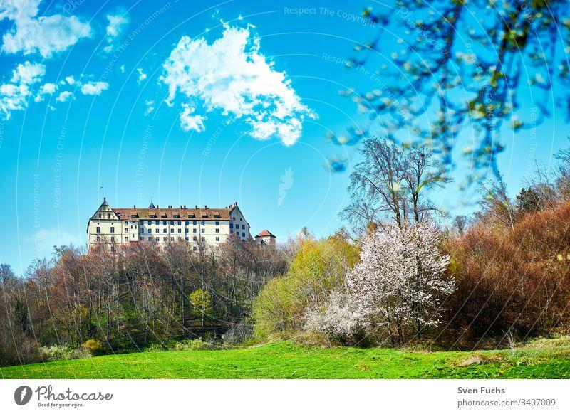 Das Schloss Heiligenberg im Bodenseekreis im Sommer aus Südosten gesehen heiligenberg schloss frühling wolken bodensee landschaft architektur gebäude park