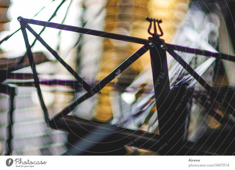 leerer Notenständer Musik konzert Orchester Chor musizieren zusammenklappbar Farbfoto Bühne Kunst Innenaufnahme Menschenleer Kunstlicht Kontrast Nahaufnahme