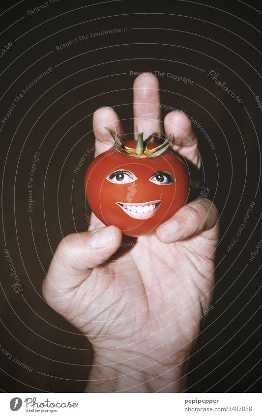 Tomate mit Gesicht in der Hand rot Ernährung Vegetarische Ernährung Vegane Ernährung Augen Mund lächeln Gemüse Gesunde Ernährung Lebensmittel Foodfotografie