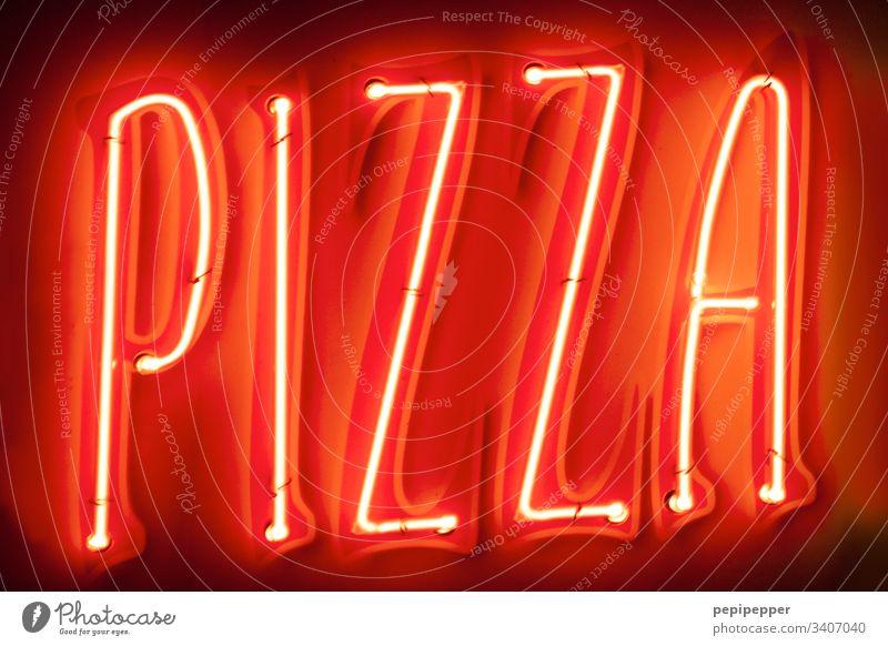 Neonschild PIZZA Pizza Lebensmittel Ernährung Italienische Küche Menschenleer Teigwaren rot neon Fastfood Farbfoto Buchstaben Typo Essen lecker Worte Fingerfood